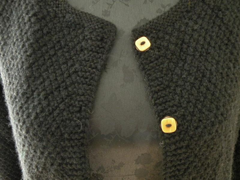 Sort varm cardigan med karrygule knapper