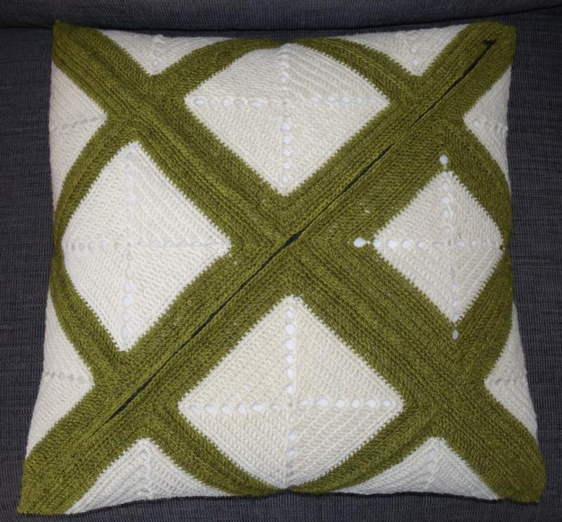 Hæklet pude med firkanter i to farver